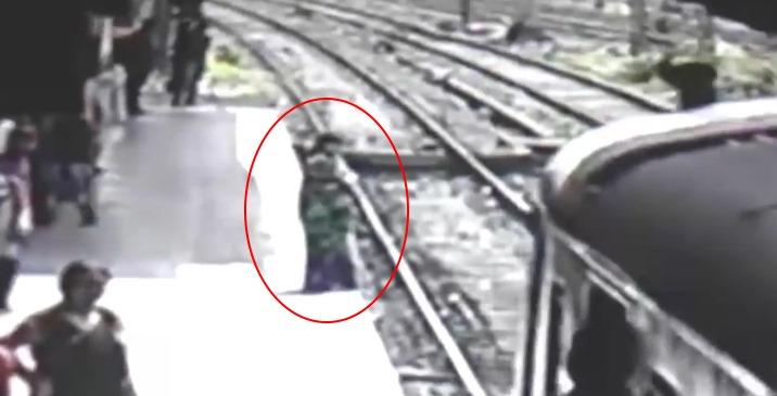 В Индии на видео засняли как женщина прыгнула под поезд и... исчезла (+видео)