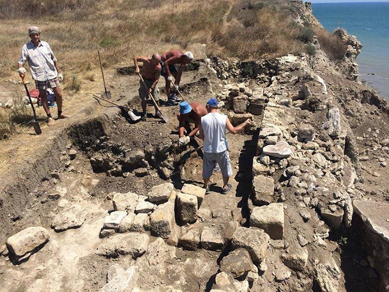 В Крыму нашли древнее захоронение маленького мальчика с сильно вытянутым черепом (3 фото)