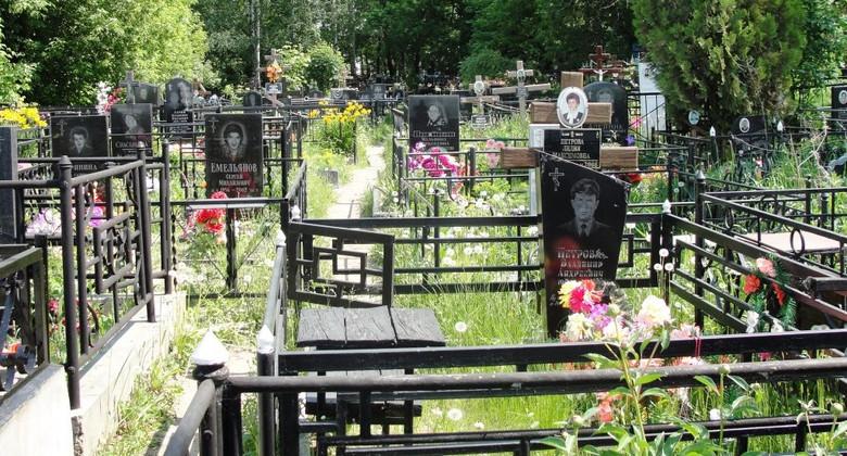 Не берите ничего с кладбища (4 фото)