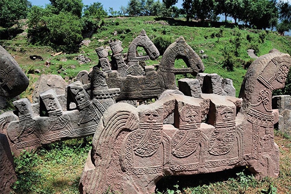 В Гималаях нашли ритуальные комплексы с необычными каменными всадниками