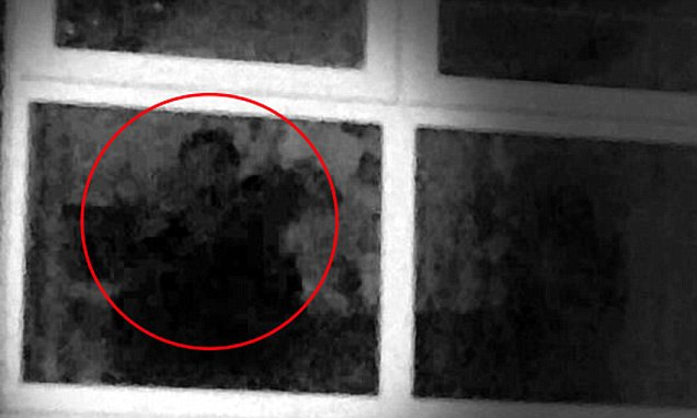 Жительница Манчестера уверена, что уже 13 лет ее пугает живущий в ее доме призрак (3 фото)