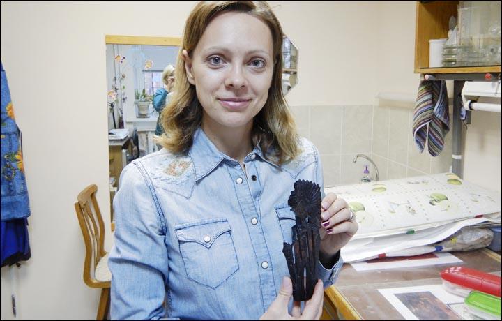 В Новосибирске на раскопках найдена 5000-летняя фигурка человека в перьевом головном уборе