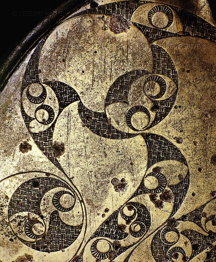 Древнее кельтское зеркало с изображением сложного математического фрактала