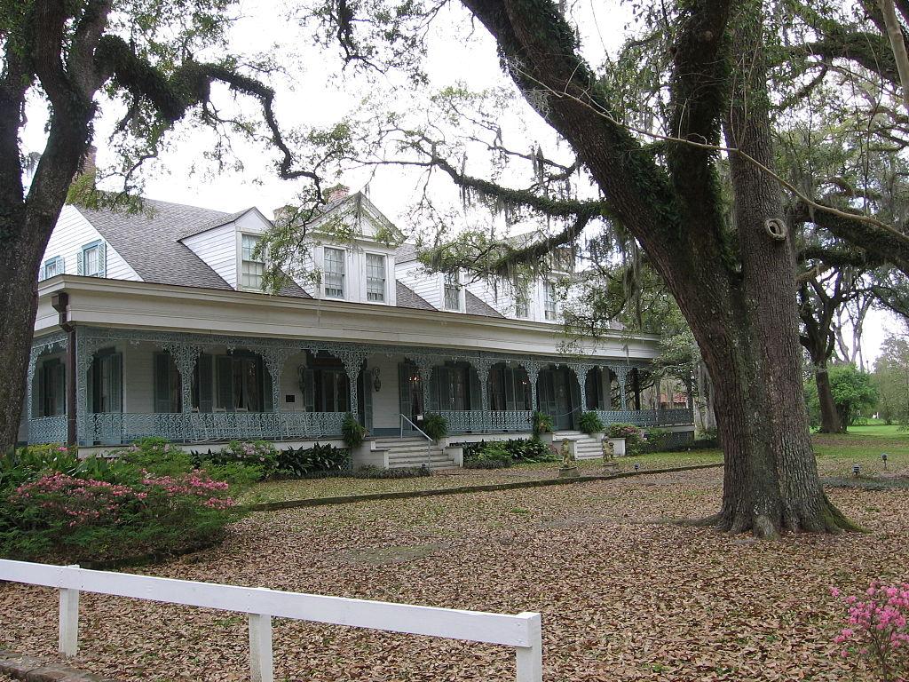 На старой плантации в Луизиане на групповое фото попал призрак рабыни