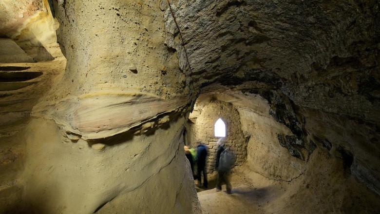 """В пещере Ноттингема засняли """"фигуру призрака с фонарем"""" (6 фото)"""