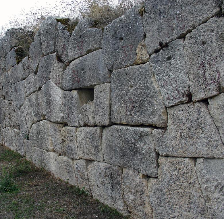 Древние циклопические каменные кладки в Италии (12 фото)