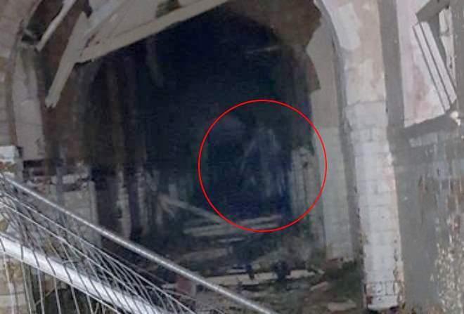 """Британские """"Охотники за привидениями"""" засняли длинноногого призрака в заброшенной психиатрической больнице (3 фото)"""