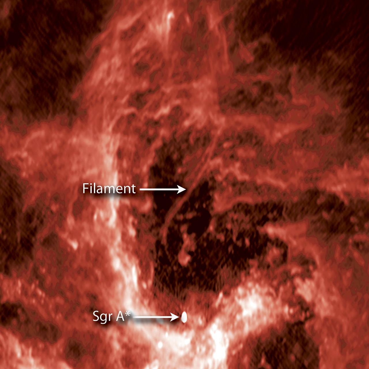 Возле сверхмассивной черной дыры астрономы увидели загадочную гигантскую нить