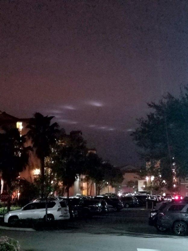 Необычные огни в ночном небе Орландо, штат Флорида