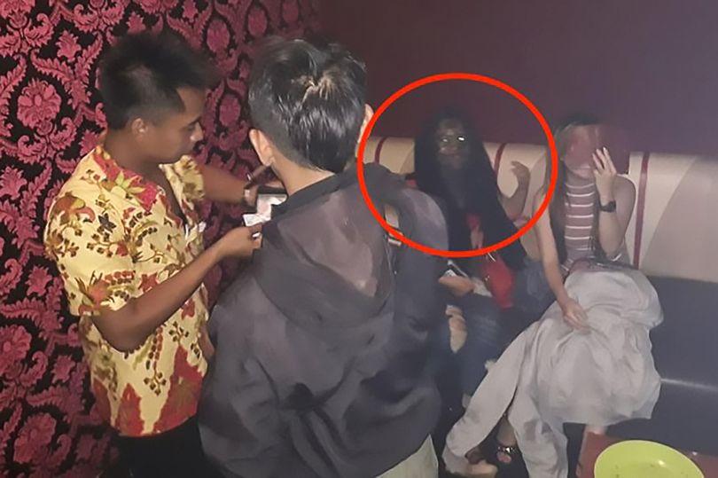 """На фото в баре на месте лица молодой девушки проявился лик """"духа-вампира"""""""