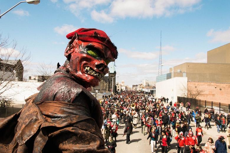 Встречи с загадочным красным карликом в Детройте (6 фото)