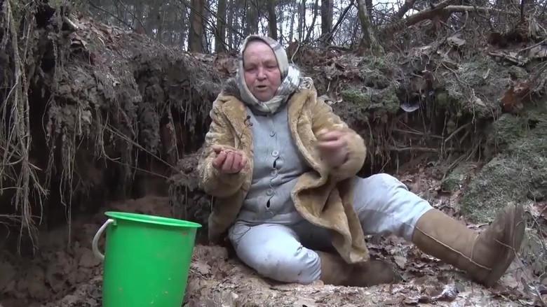 Бабушка из Литвы уверяет, что поедание песка спасло ее от опухоли мозга (3 фото)