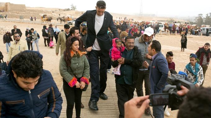 В Каире встретились самый высокий человек в мире и самая маленькая женщина