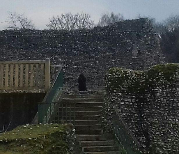 На развалинах средневекового замка засняли призрак черного монаха