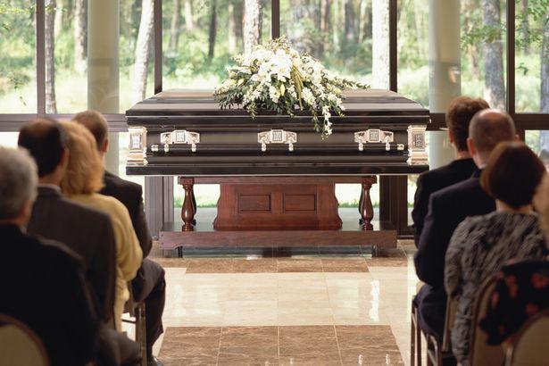 Женщина-экстрасенс из Эссекса говорит, что умершие связываются с ней и рассказывают как они хотят быть похоронены