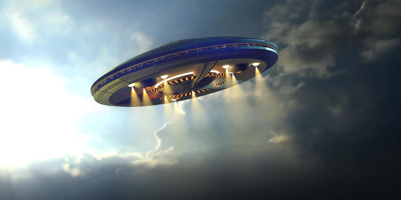 Женщина очень хотела увидеть НЛО и ночью за ней пришли двое пришельцев