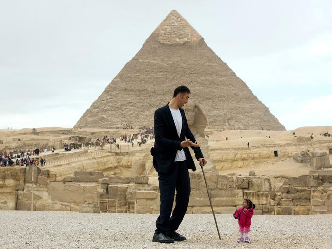 В Каире встретились самый высокий человек в мире и самая маленькая женщина (4 фото + видео)