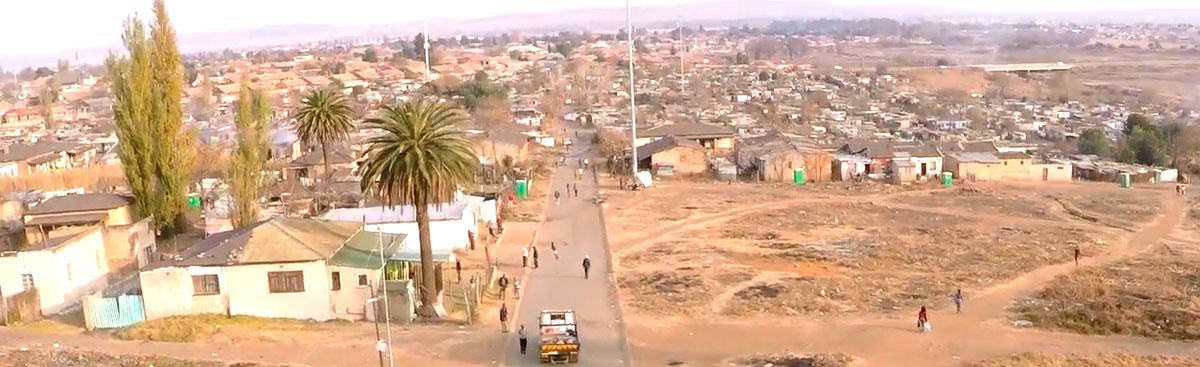 В Зимбабве старика мистическим образом забрасывают камнями. Подозревается призрак
