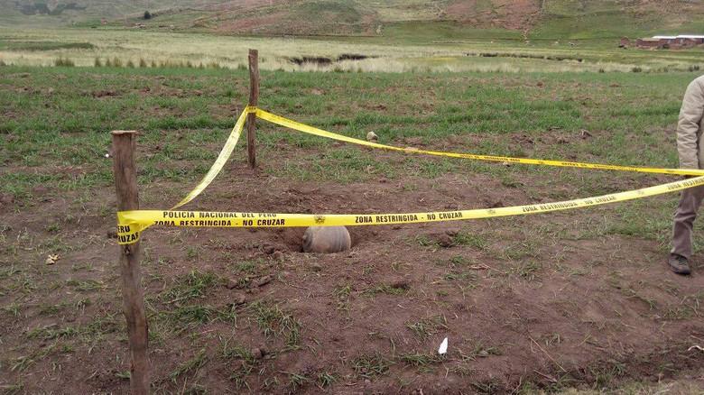 В Перу с неба упали металлические шары с русскими надписями (5 фото)