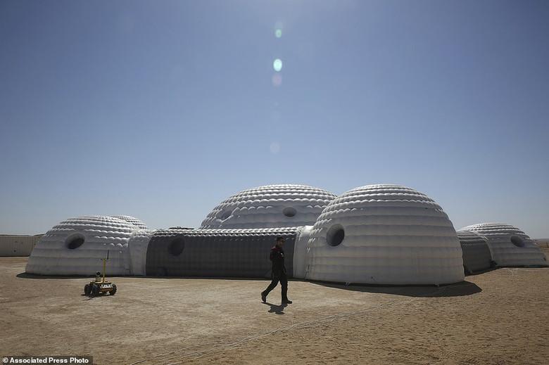 В пустыне Омана идет грандиозный эксперимент по симуляции жизни в колонии на Марсе (13 фото)