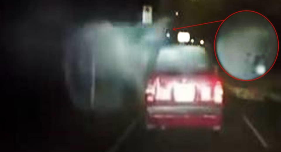 На видеорегистратор засняли как загадочный туманный призрак атаковал машину такси
