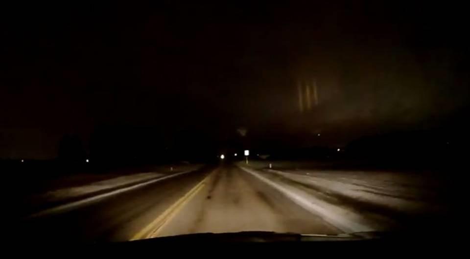 Необычное явление в виде трех ночных столбов света заснял водитель из Огайо