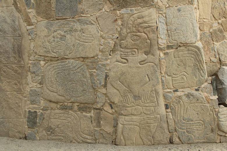 Загадка рисунков из перуанского города: кровавые жертвоприношения или инструкции для врачей? (15 фото)