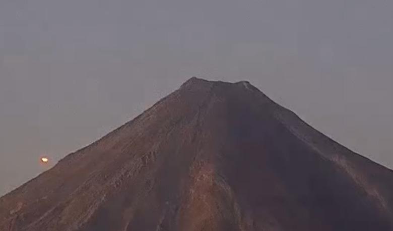 Сияющий желтым светом НЛО перелетел через мексиканский вулкан Колима (7 фото + видео)