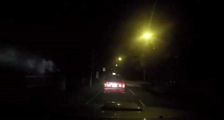 На видеорегистратор засняли как загадочный туманный призрак атаковал машину такси (3 фото)
