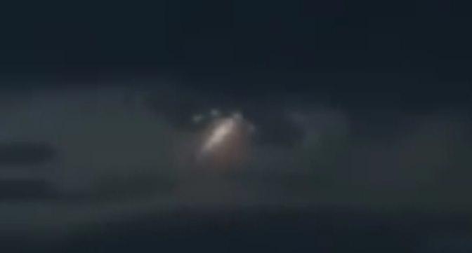 """Сияющая летающая """"змейка"""", скрывшаяся в огромном НЛО над Чили"""