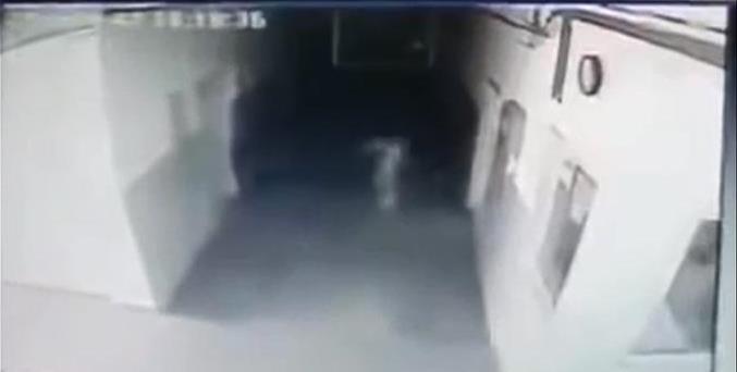 На камеру видеонаблюдения в полицейском участке попала призрачная фигура человека