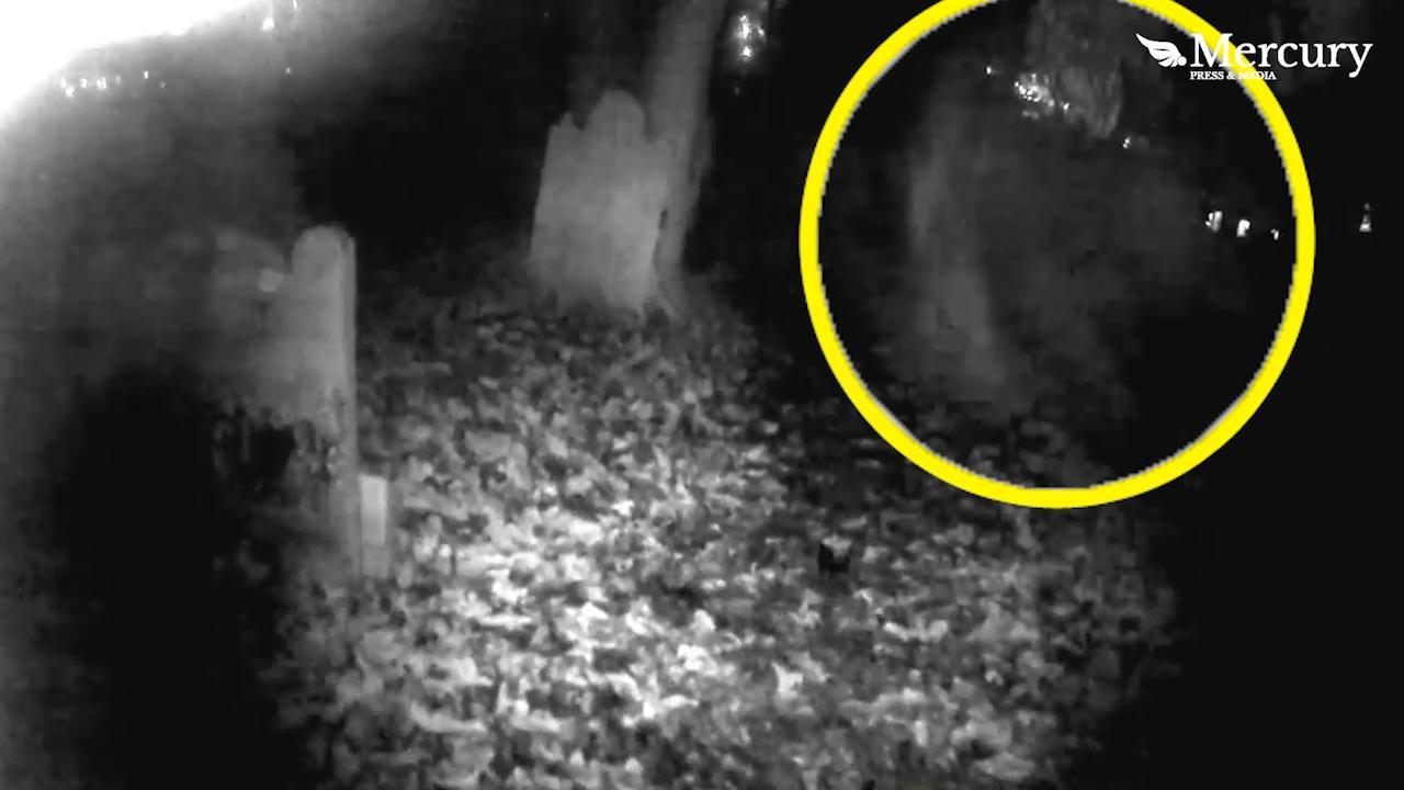 На британском кладбище засняли пролетающего между надгробий призрака