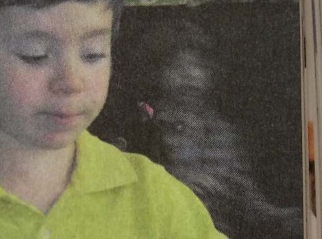 В Молдове на странице учебника обнаружили попавшего на фото призрака мальчика
