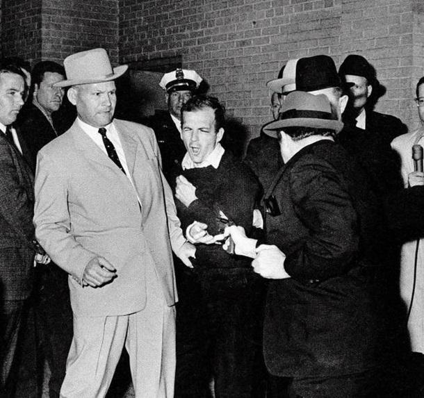 Теории заговора об убийстве президента Кеннеди: Пустой гроб, шесть пуль и... Кеннеди не убивали (7 фото)