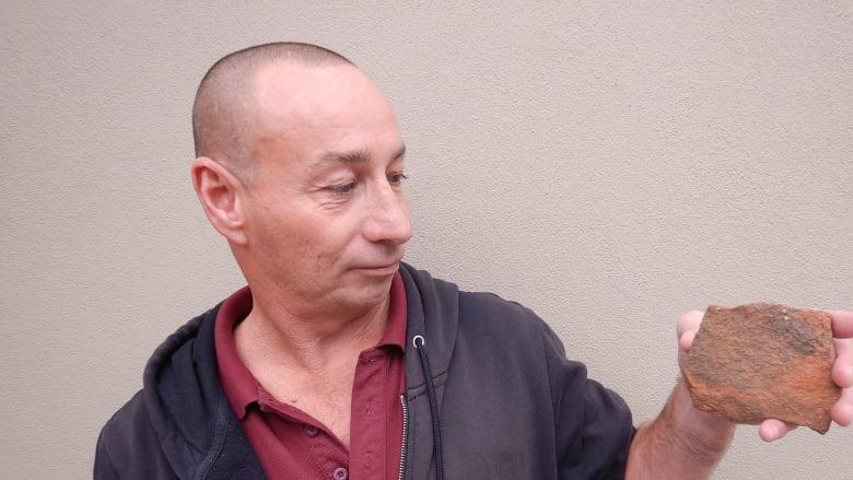Австралиец считает, что подвергся проклятию, потому что взял камень из священного места (4 фото)