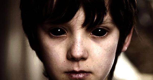 Мальчик с черными глазами попросил еды и денег (4 фото)