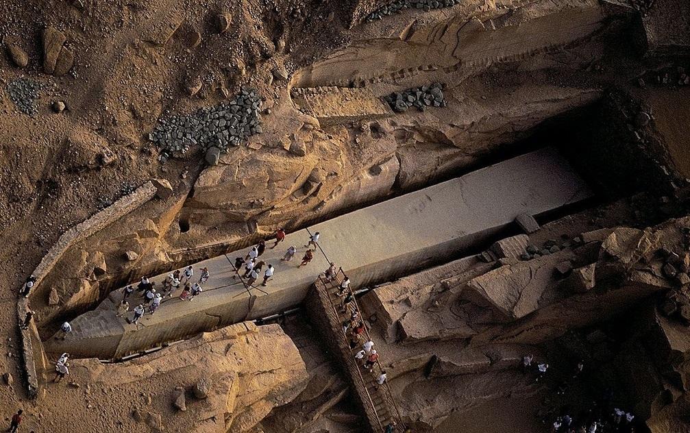Вырезав эти огромные каменные блоки, китайцы поняли, что никогда не смогут передвинуть их