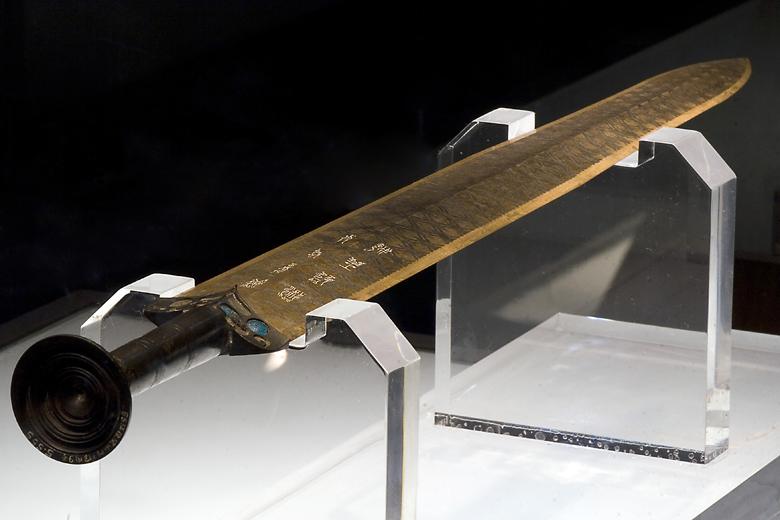 2,5-тысячелетний меч Гоуцзяня: Чрезвычайно острый и без малейших следов ржавчины