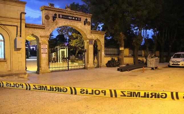 В турецком городе Чорум люди испугались плачущей на кладбище таинственной девушки (2 фото)