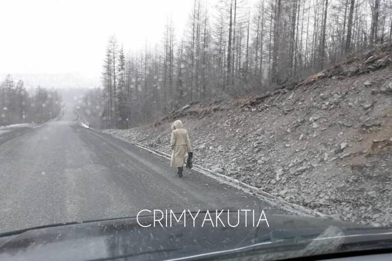 В Якутии люди много раз замечали загадочную женщину, которая куда-то идет по Колымской трассе (2 фото)