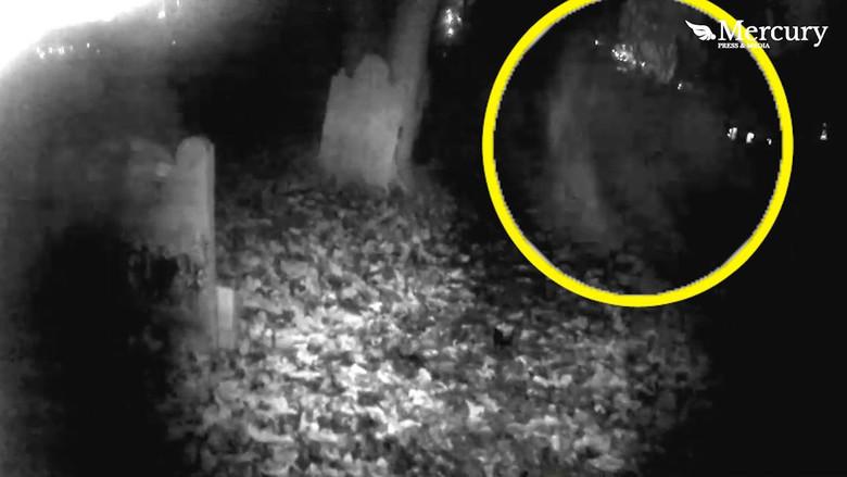 На британском кладбище засняли пролетающего между надгробий призрака (3 фото + видео)