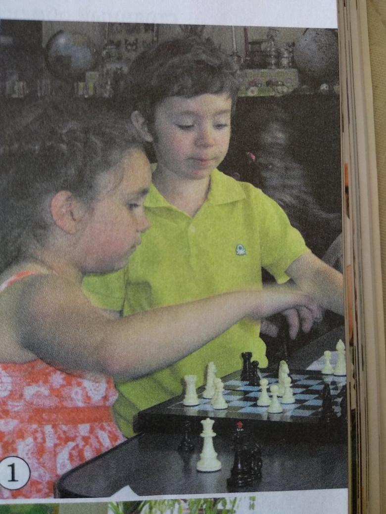 В Молдове на странице учебника обнаружили попавшего на фото призрака мальчика (5 фото)
