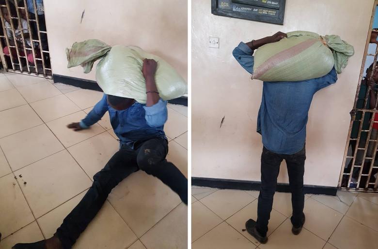 В Танзании вор, укравший мешок с кукурузой, подвергся проклятию и не смог снять мешок с плеч (2 фото)