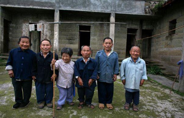 Тайны китайской деревни, в которой почти половина населения рождаются карликами (8 фото)