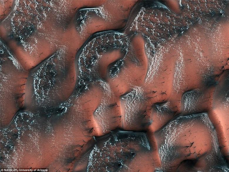 NASA опубликовало фотографию необычных голубых дюн Марса (4 фото)