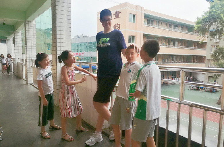 В свои 11 лет китайский мальчик уже ростом более 2 метров (5 фото)
