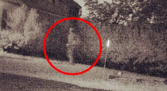 На камеру видеонаблюдения попал призрак солдата, идущий с ранцем по улице (2 фото)