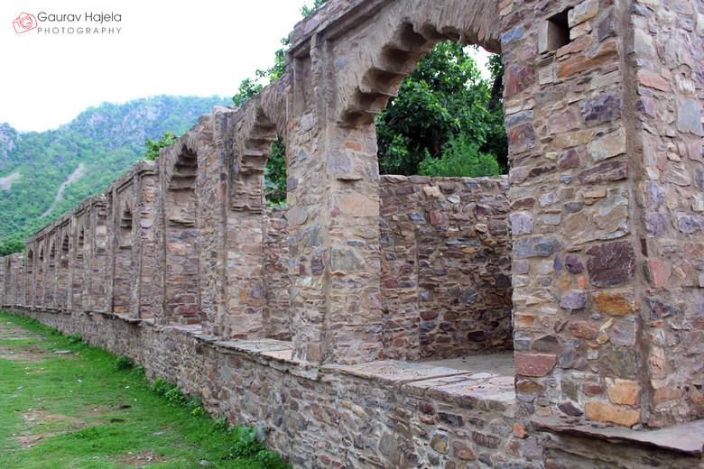 Призраки и мистические легенды заброшенного форта Бхангар (7 фото)
