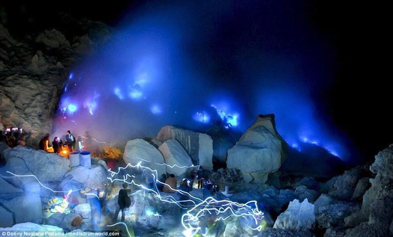 Удивительный светящийся синим пламенем вулкан в Индонезии привлекает сотни туристов (10 фото)