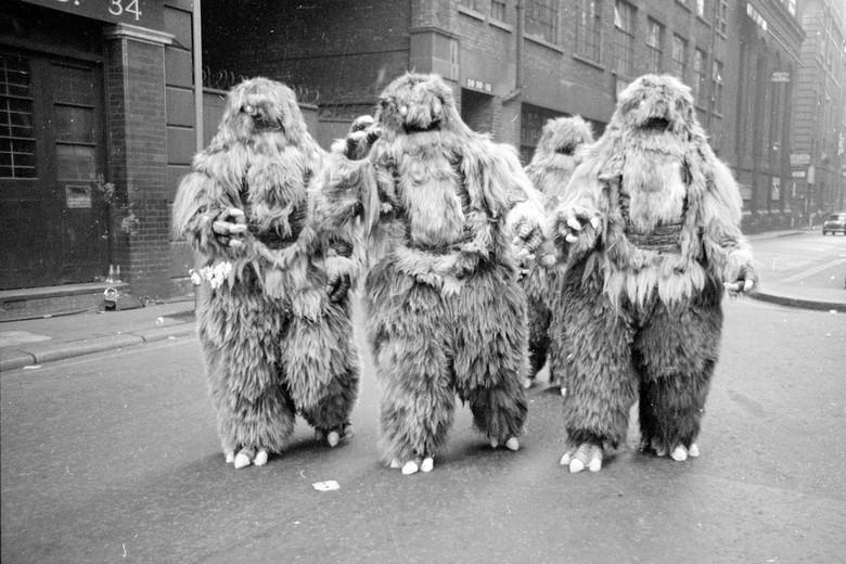 Обезьяноподобные существа в лондонском метро (3 фото)